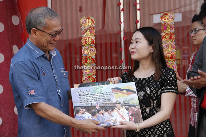 Riot receives a memento from MGC centre manager Dr Irene Lau.