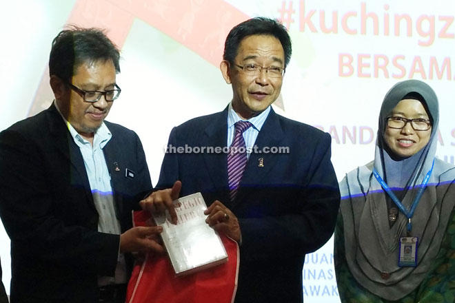 Abang Sardon (left) presents a memento to Abdul Karim.
