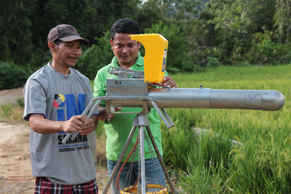 A Penan farmer learns mechanised farming.