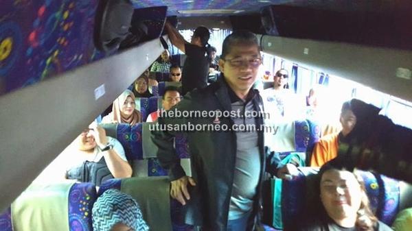 Fadillah Yusof bersama wartawan dalam bas perjalanan dari Kuching ke Sri Aman.