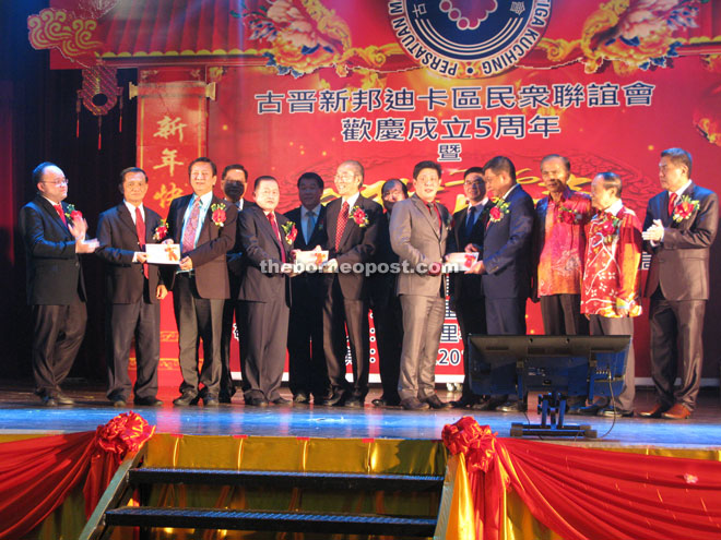 Hee Toh (second left), Wei Kiong (fourth left, front row), and Lee (sixth left, front row) hand over their contributions to Tiong Hook, Lu and Wee respectively.