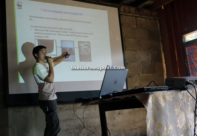 WWF-Malaysia's GIS officer Mohd Khairulazree Sulaiman giving a lecture on GPS theory. — Photo credit © WWF-Malaysia