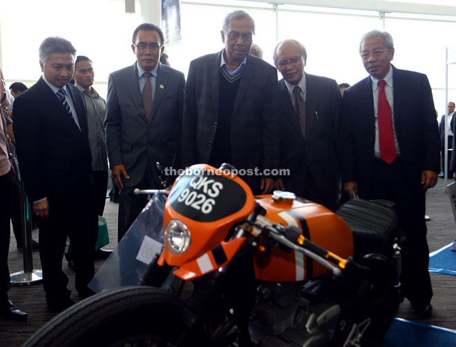 (From left) Snowdan, Len, Adenan, Jabu and Masing taking a look at a custom Cafe Rider on display at SCaT.