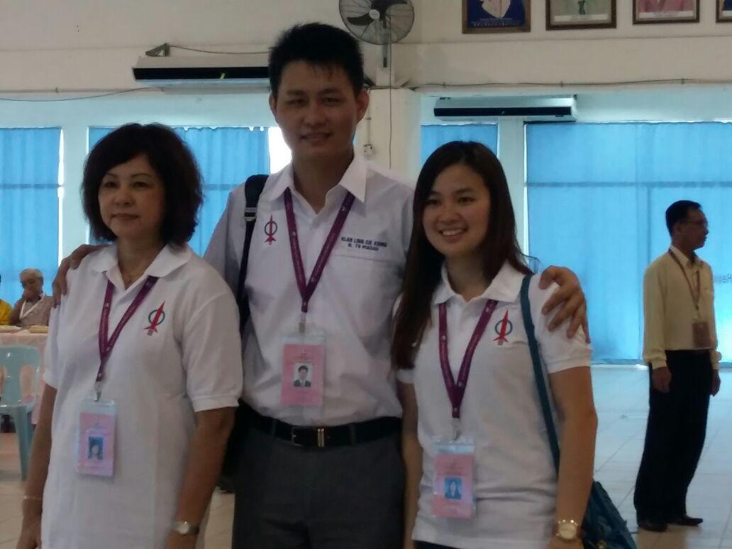 DAP candidate for Piasau Alan Ling, menyerahkan borang penamaan calon beliau kepada Pegawai Pengurus Pilihanraya, Siti Suhana Rosli pada jam 9.30 pagi. Beliau dicadang oleh ibunya, Wong Yii Ding (kiri) dan disokong oleh isteri nya, Florence Lau Bern Ee.