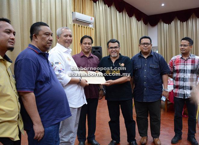 KEMUDAHAN PENDIDIKAN: Hasbi (tiga kanan) menyerahkan permohonan pembinaan GIATMARA baharu Limbang kepada Annuar (tiga kiri) sambil disaksikan Dr Abdul Rahman (empat kiri), Ahad lalu.