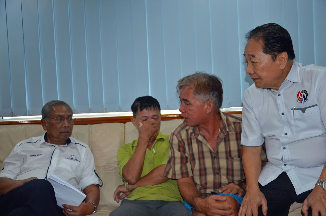 Chee Ming (second right) told Adenan about his sons. At second left is Wong Hung Sing's father.