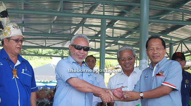 Zulkifle (second left) presents a memento to SRB controller William Jinep as Masing and Tony (left) look on.