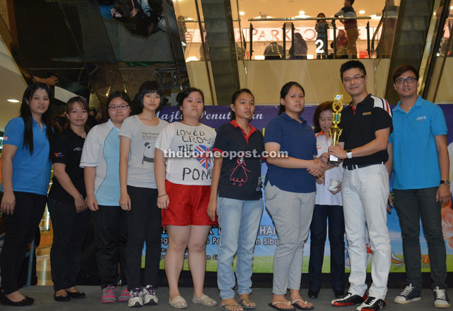 Wong (second right) presents the prize to the winning team of a competition held in conjunction with 'Love Earth Day.'