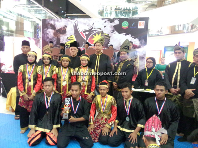 The winners with Fazzrudin (back row,third left) and Hanief (centre) yesterday.