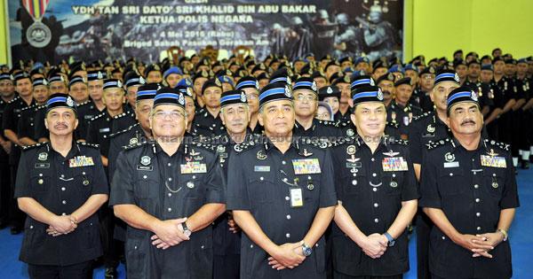 TERIMA PINGAT: Khalid (tiga kanan) dan para anggota Pasukan Gerakan Am (PGA) yang menerima Pingat Kedaulatan Negara di Ibu Pejabat PGA Kinarut di Kota Kinabalu, semalam. — Gambar Bernama