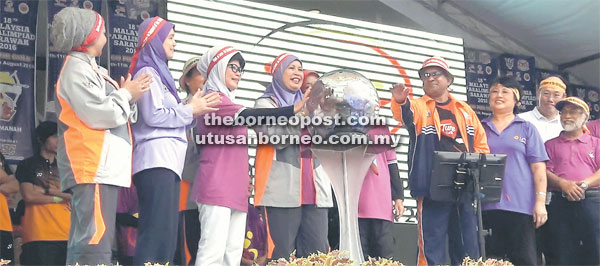 RASMI: Jamilah dan Fatimah melancarkan logo dan lagu Sukan Paralimpiad Malaysia Ke-18 di Le' Park, Kuching semalam.