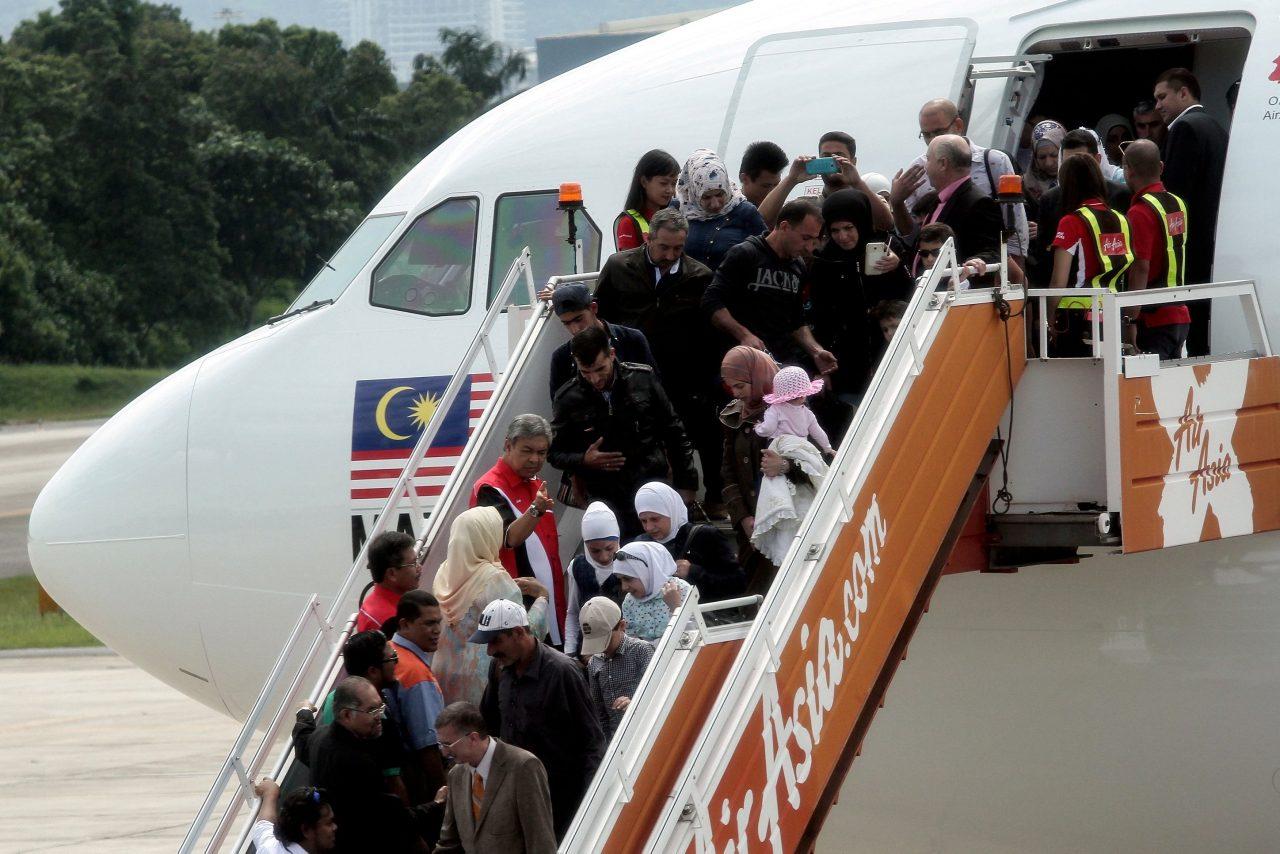 SUBANG, 28 Mei -- Timbalan Perdana Menteri Datuk Seri Dr Ahmad Zahid Hamidi menyambut ketibaan kumpulan kedua migran Syria seramai 68 orang daripada 18 keluarga di Pangkalan Tentera Udara Diraja Malaysia (TUDM) Subang hari ini. --fotoBERNAMA (2016) HAK CIPTA TERPELIHARA