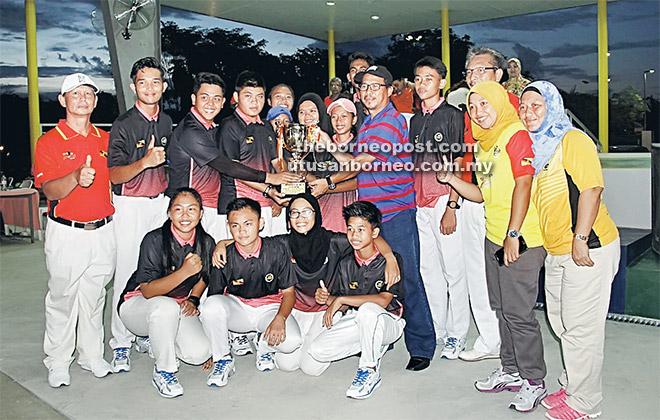 GEMBIRA: Atlet boling padang Sarawak meraikan kejayaan selepas dinobatkan juara bersama Abdul Haris (lima kanan) dan Poniman (tiga kanan).