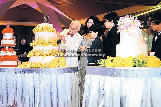 BAHAGIA: Tun Taib memotong kek sempena sambutan hari jadinya yang ke-80. Turut kelihatan isteri dan ahli keluarganya.