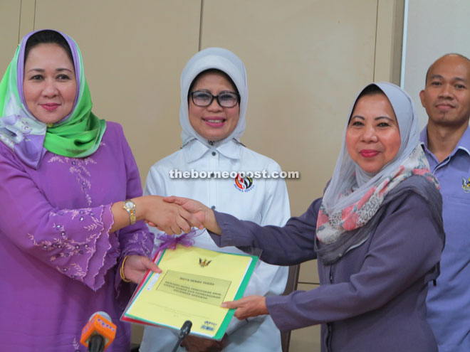 Fatimah (centre) witnesses the handing over of duties from Assistant Minister for Solidarity Rosey Yunus (right) to newly-appointed Assistant Minister for Early Childhood Education and Family Development Sharifah Hasidah Sayeed Aman Ghazali.