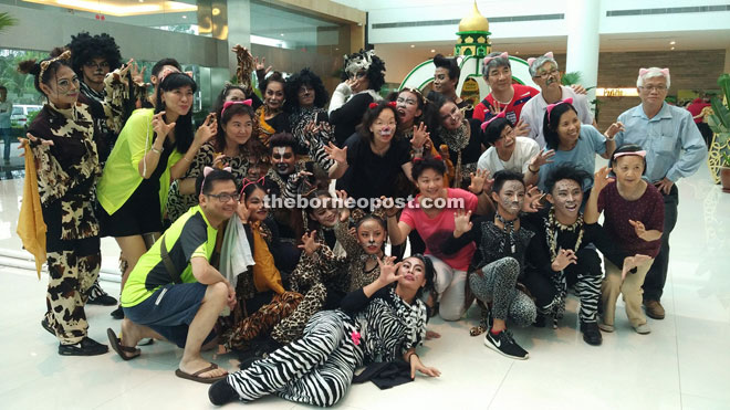 The Hong Kong travel agents did not miss the opportunity to have a group photo with the exotic cat performers.