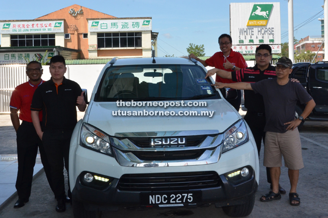 BAT6 leader Peter Sibon (right) taking a photo with Dai Max Automobile team led by sales manager Sibu branch Tang Tze Yong (fourth right). Also present were sales advisors (from left) Arni bin Bujang, Lau Yu Ee and Toh Kok Tung.