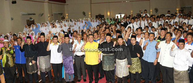 Tuanku Syed Faizuddin (centre) with teachers and students of SMK Merpati.