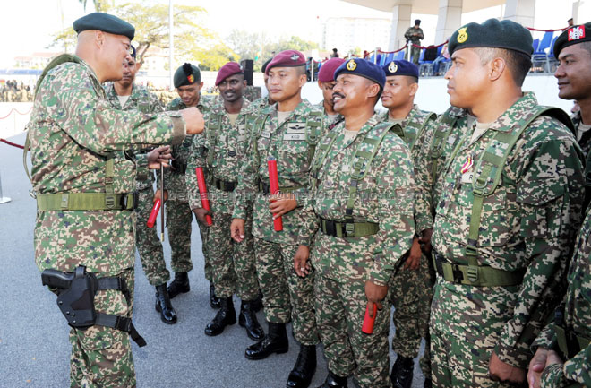 Mohamed Affandi speaks to servicemen in this file photo.