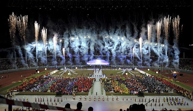 MERIAH: Persembahan bunga api berwarni-warni memeriahkan majlis penutupan Sukan Malaysia (SUKMA) Ke-18 di Stadium Sarawak malam tadi. — Gambar bernama