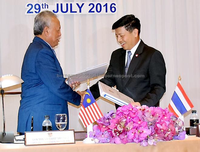 BANGKOK, 29 Julai (Bernama) -- Panglima Angkatan Tentera Jen Tan Sri Zulkifeli Mohd Zin bertukar kertas mesyuarat dengan rakan sejawatannya dari Thailand Jen Sommai Kaotira selepas berlangsungnya Mesyuarat Jawatankuasa Tinggi ke-33 hari ini. --fotoBERNAMA 2016 HAK CIPTA TERPELIHARA