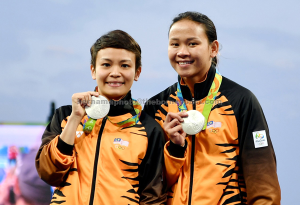 Cheong and Pandelela display their medals during a photo call in Rio. — Bernama photo