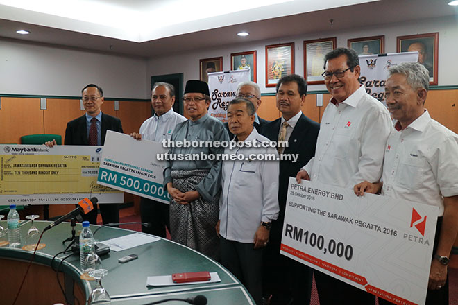 Abang Johari (third left) with (from left) Shukarmin, Ik Pahon and Naroden in a photocall with the sponsors.