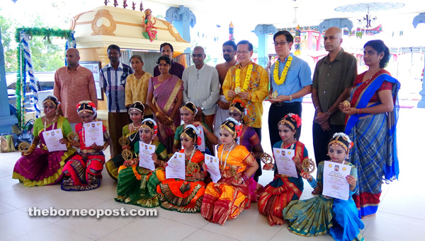 (Standing from fifth left) Dr Anbalagan, Lee and Thin Hin with MHS members and the Barathanatyam dancers.