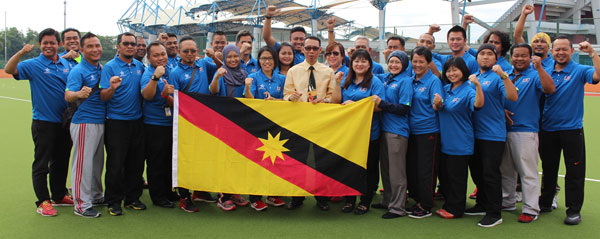 Mutalib (eighth right) and the Sarawak contingent at the Sarawak Hockey Stadium near MSNS office.
