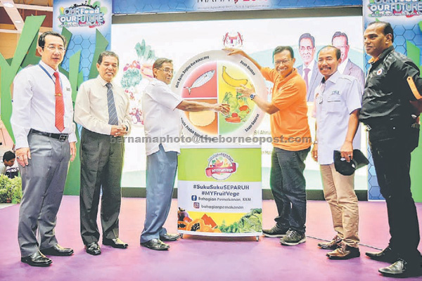 Subramaniam (third left) and Shabery (third right) at the launching of the campaign in Serdang yesterday. — Bernama photo
