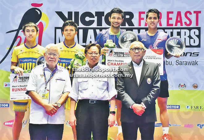 Sarawak Chief Minister Abang Johari (centre) with the winners of the men's doubles on the podium. Indonesian pair of Berry Angrizwan/ Hardianto Hardianto (at right) won the title when they defeated Malaysia's Goh Sze Fei/Nur Izzuddin 21-19, 21-12. — Photos by Othman Ishak