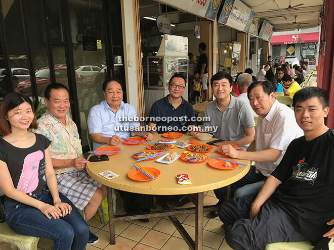 Wong (third left) having breakfast with the Chinese tourism delegates in this file photo.