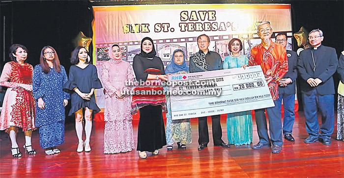 SUMBANGAN: Hasidah (lima kiri) menyampaikan cek bernilai RM20,000 sumbangan Datuk Seri Fadillah Yusof kepada Wong sambil disaksikan Abang Johari (tujuh kiri), Juma'ani (enam kiri), Mary (lapan kiri) serta yang lain. — Gambar Muhd Rais Sanusi