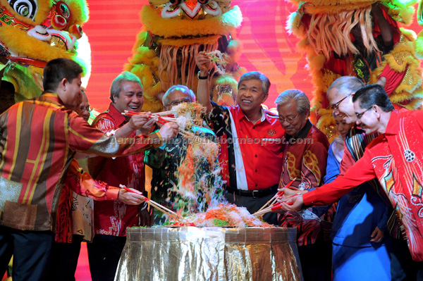 Ahmad Zahid (centre) tossing 'Yee Sang' at the opening of the Chinese New Year gathering for Rela Sarawak. Also present were Deputy Chief Minister Tan Sri Dr James Jemut Masing (fourth right) and other honourable guests. — Bernama photo