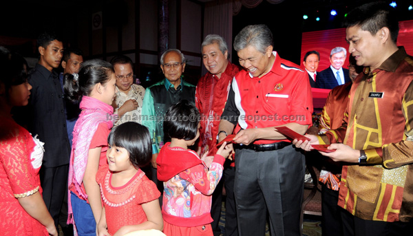 Ahmad Zahid (second right) distributing angpow to children at the Rela Sarawak Chinese New Year gathering. — Bernama photo