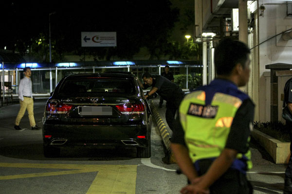 A police officer talking to the driver of a North Korean Embassy vehicle at Institute of Forensic Medicine at Kuala Lumpur Hospital. — Bernama photo