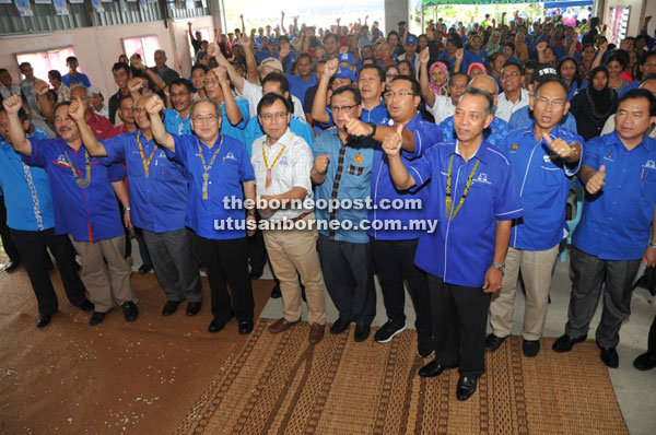 Uggah (fourth left) and Dr Rundi on his left and others raise their hands to show support for BN.