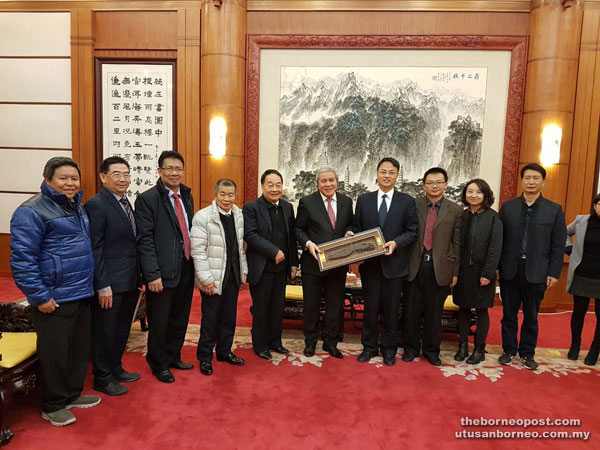 Awang Tengah (sixth left) presents a souvenir to Tzan Jiang Quan during the delegation's courtesy call on the latter. Also in the picture are (from third left) Julaihi, Naroden and Wong.