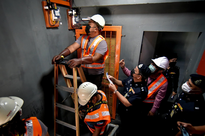Polis, SESB potong bekalan elektrik 14 premis judi haram di Labuan